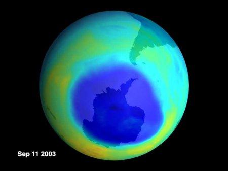 Почти рекордный размер озоновой дыры в 2003 году